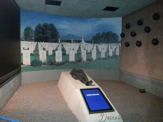 No fim do percurso de visita do museu há uma homenagem aos soldados mortos durante a Operação Husky, sem distinção de nacionalidade, e alguns capacetes expostos na parede.