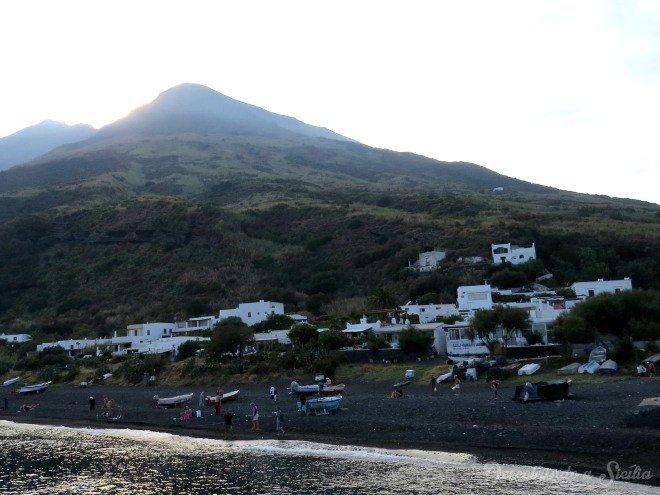 As casinhas brancas de Scari e a praia de areia preta. No fundo, o vulcão visto por outro ângulo.