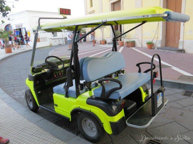 Carrinhos que fazem o serviço de táxi em Stromboli. Tá vendo esse verde-limão? Evite-o! A taxista era uma moça tão mal educada, azeda como a fruta que dá a cor ao veículo! :D