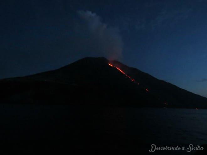 stromboli em erupção