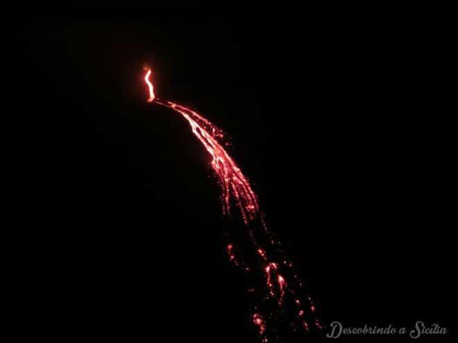 Sem filtros, um close nas pequenas explosões de magma que mais pareciam fogos de artifício.