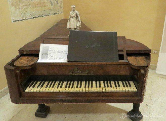 """Piano exposto no Museu Belliniano. Nele, em 1832, Bellini teria tocado para a família e amigos todas as arias da ópera """"Norma"""" até altas horas."""