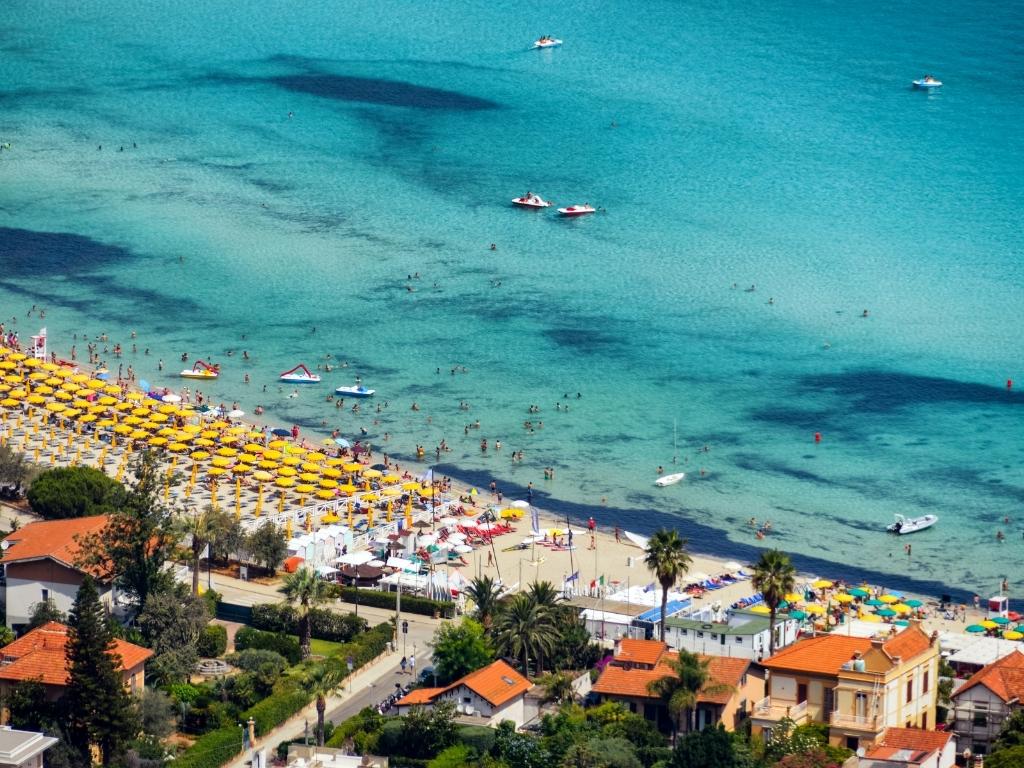 A praia de Mondello no verão.